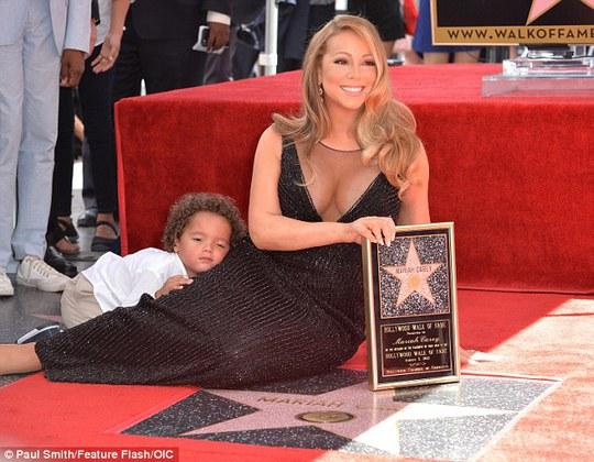 Moroccan nằm luôn lên chân mẹ