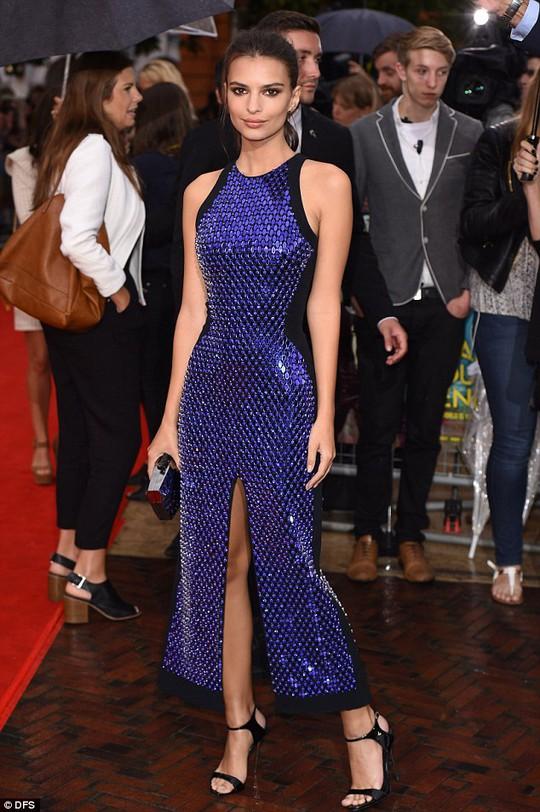 Nữ diễn viên kiêm người mẫu Emily Ratajkowski trên thảm đỏ