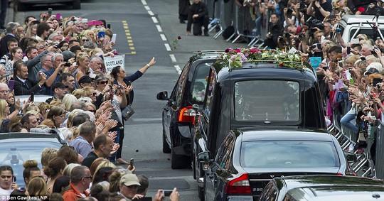 Tung hoa vào xe chở linh cữu