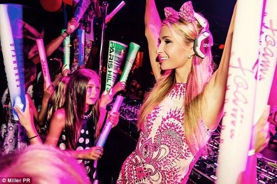 Paris biểu diễn tại tiệc gây quỹ từ thiện