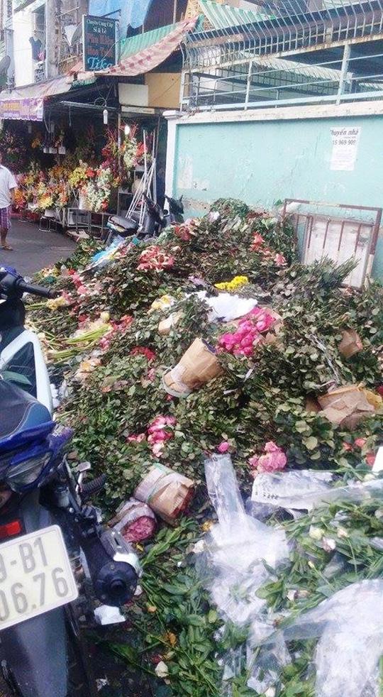 """Sau 8-3, hàng tấn hoa hồng thành """"núi"""" rác"""