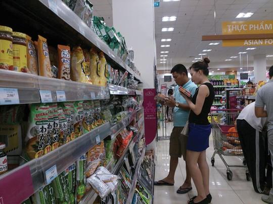 Người tiêu dùng đang chọn mua hàng ngoại