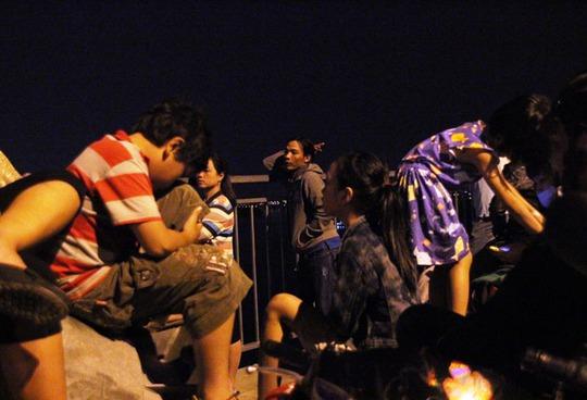 Nhiều trẻ em không chịu nổi mùi khói xe, cảnh đông người đã mệt mỏi đến ngất xỉu.