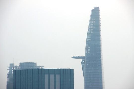 Tòa nhà Bitexco (quận 1) nơi bắn pháo hoa lúc 0 giờ ngày 1-1-2015, đến gần trưa vẫn bị che bởi màn sương