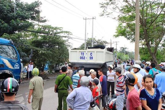Người dân tập trung theo dõi vụ tai nạn khiến giao thông qua khu vực ùn tắc