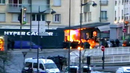 Cháy nổ ở tiệm tạp hóa. Ảnh: Daily Mail