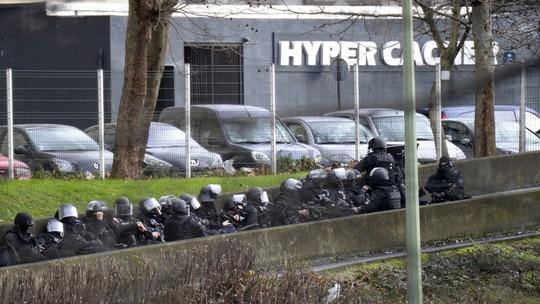 Cảnh sát bao vây tiệm tạp hóa ở thị trấn Porte de Vincennes. Ảnh: BBC