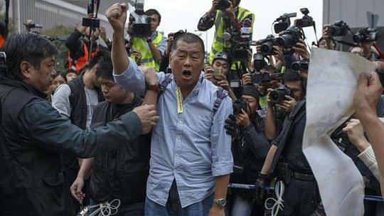 Tỉ phú Jimmy Lai tham gia biểu tình đòi dân chủ. Ảnh: Reuters