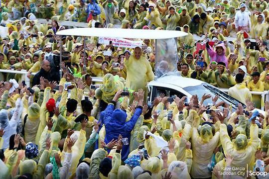 Hàng nghìn người dân Philippines đội mưa bão chào đón Giáo hoàng. Ảnh: GMA News