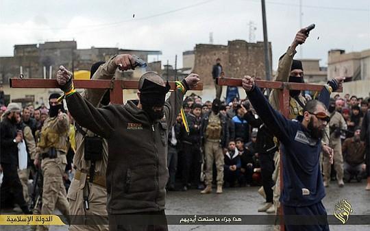 IS đóng đinh và bắn chết 2 kẻ trộm cắp. Ảnh: Daily Mail