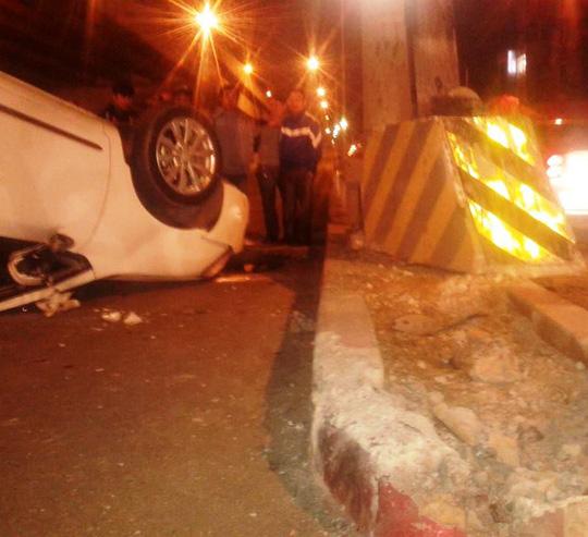 Trụ bê tông phát quang cảnh báo trên dải phân cách bị xe ô tô tông lệch sang 1 bên