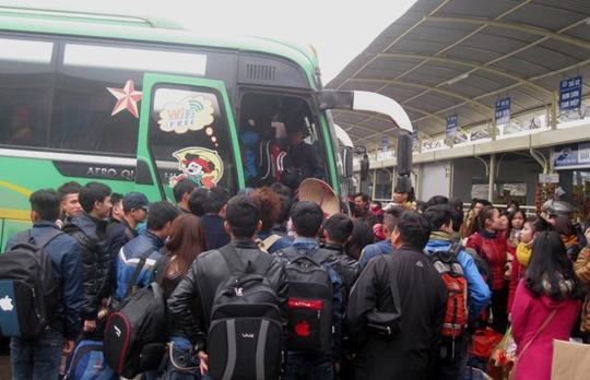 Hành khách chen chúc nhau lên xe về quê