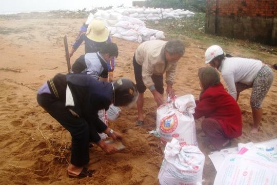 Người dân xóm Rớ thường xuyên xúc cát, làm bờ kè chống triều cường tấn công vào nhà.