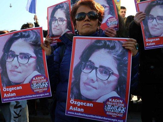 Người biểu tình cầm ảnh của Ozgecan Aslan. Ảnh Independent