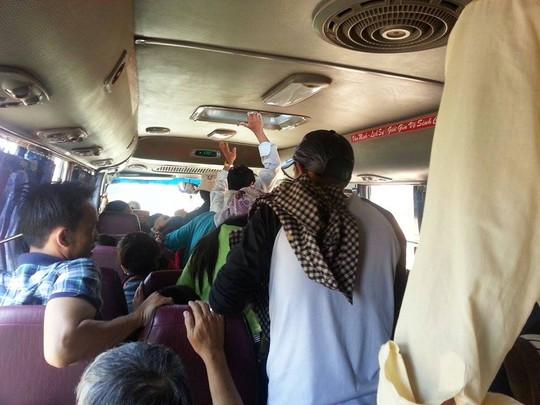 Khách vào TP HCM sau Tết phải chịu cảnh đứng như trên xe buýt.