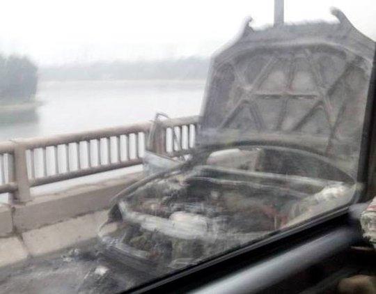 Chiếc ô tô bị cháy rụi