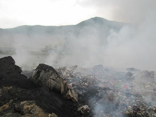 Cháy bãi rác gần 20 giờ vẫn chưa tắt