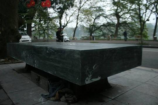 Phiến đá mới được đặt lên chân của chiếc ghế cũ, vẫn còn trong thời gian tiếp tục hoàn thiện một số chi tiết