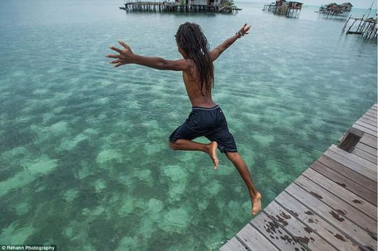 Trẻ em Bajau rất vô tư và thân thiện. Còn cha mẹ chúng cực kỳ hiếu khách. Ảnh: Daily Mail