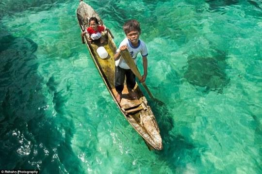 Cuộc đời của người Bajau gắn liền với thuyền và biển. Ảnh: Daily Mail