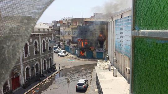 Khói lửa bao trùm Yemen khiến cuộc sống người dân đảo lộn. Ảnh: Twitter