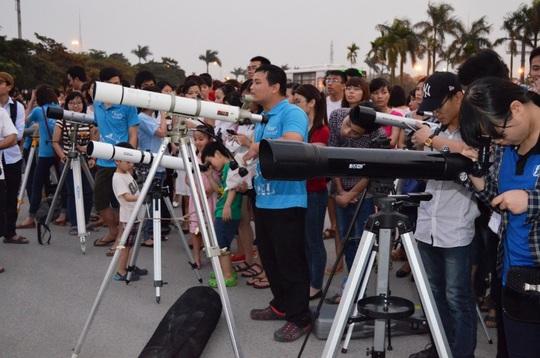 Nhiều kính thiên văn của câu lạc bộ Thiên văn nghiệp dư Hà Nội được đưa đến phục vụ người dân tại đây