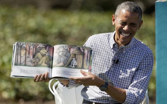 Tổng thống Obama kể chuyện cho lũ trẻ ở Nhà Trắng. Ảnh: Telegraph