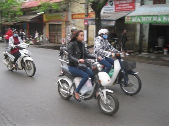 Điều khiển xe đạp điện không đội mũ bảo hiểm