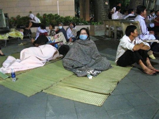 Hàng trăm bệnh nhân và người nhà được sơ tán khẩn cấp nằm la liệt tại sân và tiền sảnh của bệnh viện Bạch Mai