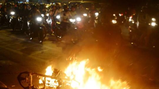 Rất đông người đi đường đứng lại xem vụ cháy, gây tắc đường