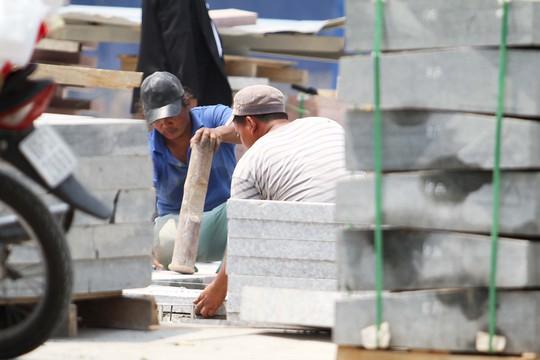 Các công nhân khẩn trương làm việc để sớm hoàn thành công trình