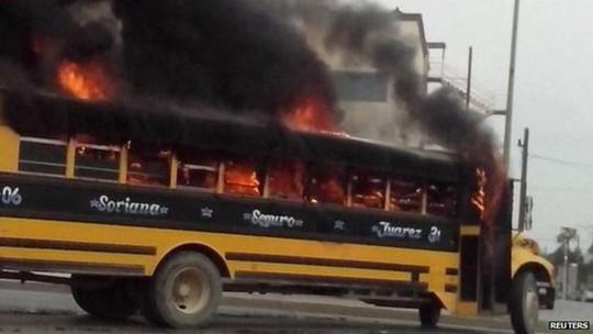 Các tay súng đốt xe cộ ở TP Reynosa - Mexico hôm 17-4. Ảnh: Reuters