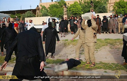 IS dùng bê-tông đập vỡ đầu tù nhân