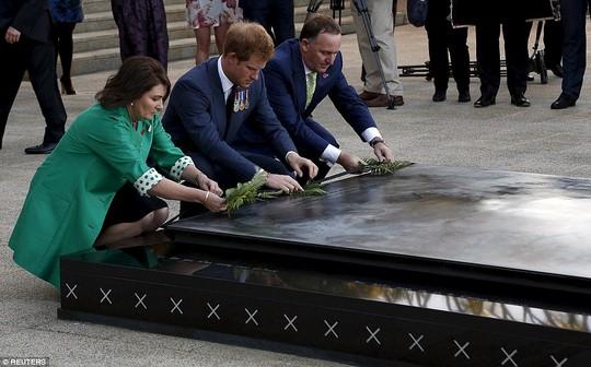 Hoàng tử Harry đặt hoa tại Đài tưởng niệm Chiến tranh Quốc gia. Ảnh: Reuters