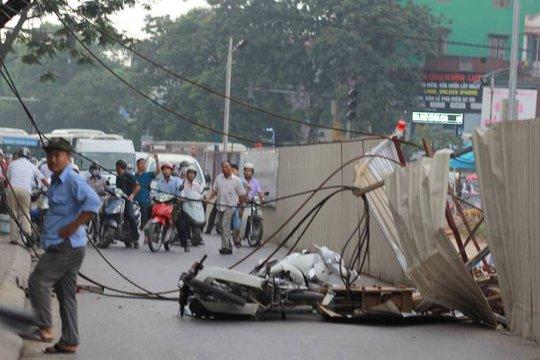 2 chiếc xe máy bị đổ ngay tại nơi cần cẩu gãy đổ (Ảnh: Oto fun)