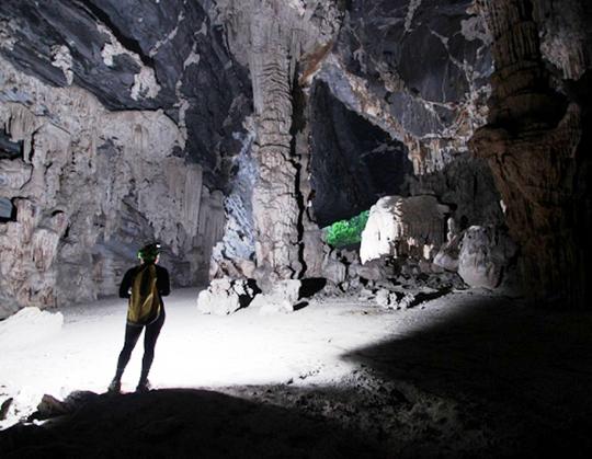 Những ánh sáng trắng chiếu thẳng vào bên trong hang tăng thêm vẻ lung linh kì bí