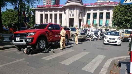 Vụ tai nạn xảy ra ngay đối diện trụ sở Ngân hàng Nhà nước (Hà Nội)