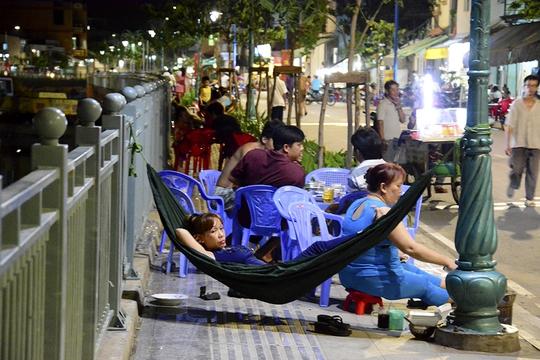 Vợ mắc võng nằm, chồng ngồi nhậu dọc bên bờ kênh Tân Hóa – Lò Gốm.