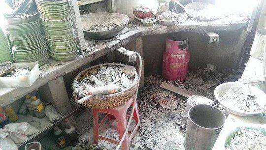 Khu vực bếp nhiều đồ đạc bị hư hỏng nặng
