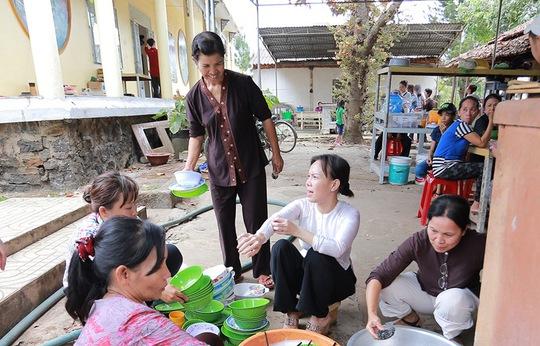 Việt Hương tất bật phụ rửa chén, làm món chay