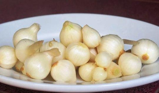 Hành tăm và lá rau khoai là hai thứ không thể thiếu cho món ăn này