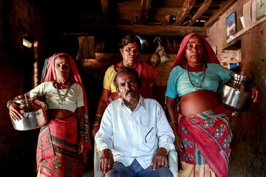 Ông Bhagat và 3 bà vợ Sakhri, Tuki, Bhaagi (từ trái qua). Ảnh: Reuters
