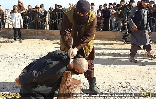 Các thành viên Hisbah thường công khai chặt đầu tù nhân. Ảnh: Daily Mail
