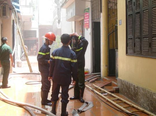 Chiến sỹ cảnh sát PCCC dùng mặt nạ chống khói để tiếp cận hiện trường