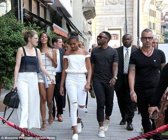 Những bóng hồng nhà Obama nổi bật trên đường phố Ý