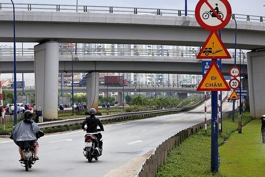 Nhiều người điều khiển xe máy thản nhiên vi phạm, phớt lờ 2 biển báo cấm xe máy chỉ cách nhau 20 m