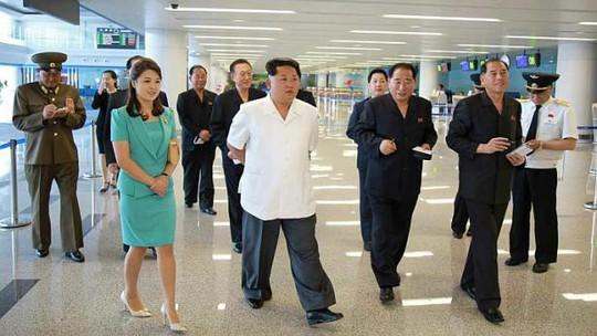 Lãnh đạo Kim Jong-un thị sát nhà ga số 2 của Sân bay Quốc tế Bình Nhưỡng cùng phu nhân Ri Sol-ju. Ảnh: EPA