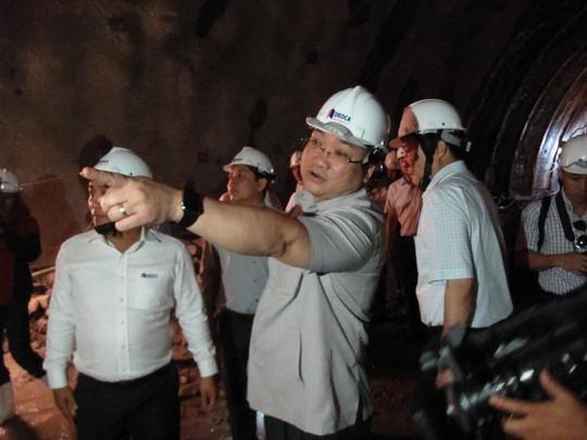 Vào tận nơi khoan hầm (cách cửa hầm khoảng 800m) Phó Thủ tuwowngschir đạo cần đảm bảo an toàn lao động