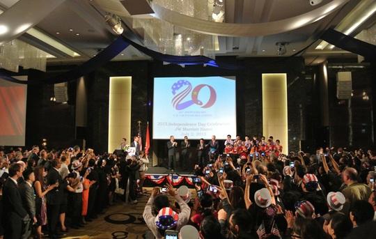 Chào đón những nhân vật quan trọng tại buối lễ (từ trái qua): Đại sứ Ted Osius; bạn đời của Đại sứ - ông Clayton Bond; Phó Thủ tướng, Bộ trưởng Ngoại giao Phạm Bình Minh; cựu Tổng thống Bill Clinton