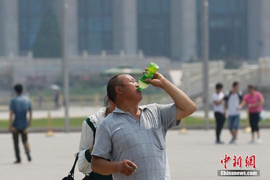 Bắc Kinh nắng cháy da, người dân tìm nơi hạ nhiệt